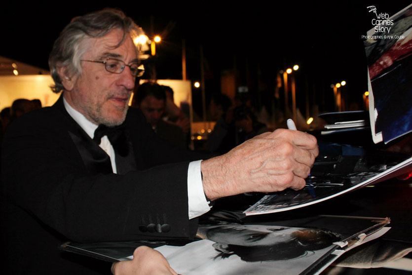 Robert de Niro, Président du Jury, signant des autographes - Festival de Cannes 2011 - Photo © Anik Couble