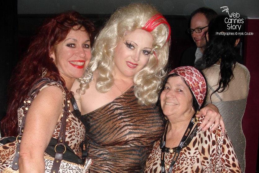 """Pascaline et Esméralda, les célèbres femmes panthères, en compagnie d'une des actrices du film """"Tournée"""", lors de la soirée de clôture de la plage Chérie Chéri - Festival de Cannes 2010 - Photo © Anik Couble"""