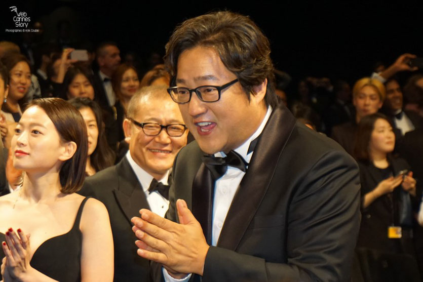 "Kwak Do Won, Jun Kunimur et Chun Woo Hee, lors de la projection du  film ""Goksung"" (The Strangers) de Na Hong Jin  - Festival de Cannes 2016 - Photo © Anik Couble"