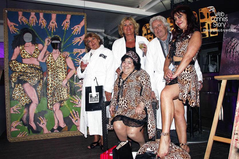 Pascaline Benito et Esméralda Petit-Benito, les célèbres femmes panthères, entourées de leurs amis, en peignoirs « WTNY », lors de la soirée du Film « Welcome to New York » d'Abel Ferrara - Festival de Cannes 2014 - Photo © Anik COUBLE
