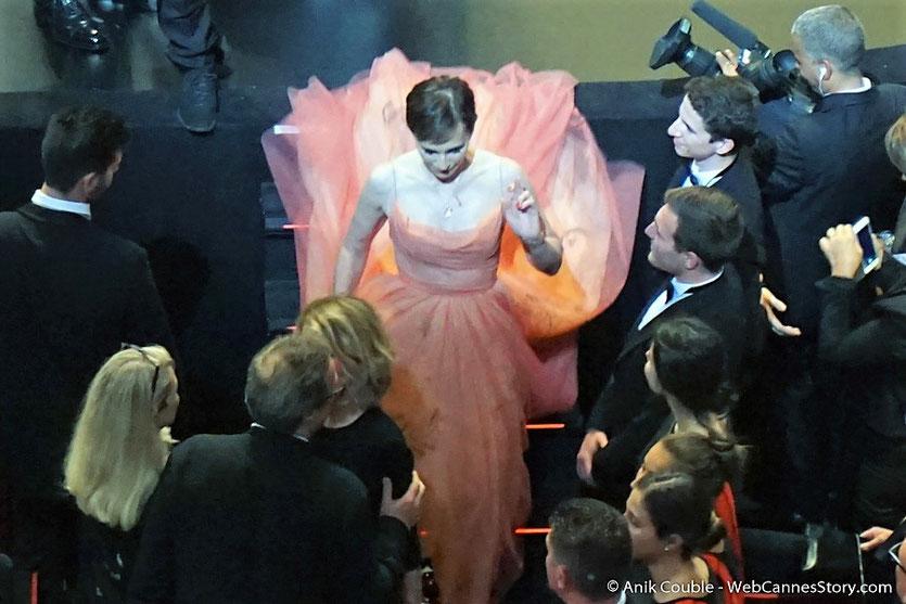 Kristin Scott Thomas, royale, quittant la scène du Palais des festivals, à 'issue de la cérémonie célélbrant les 70 ans du Festival de Cannes - Festival de Cannes 2017 - Photo © Anik Couble