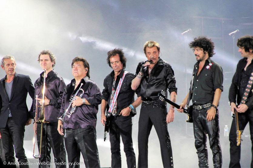 Johnny Hallyday, entouré des ses fabuleux musiciens, lors de son concert au stade de Gerland à Lyon - Juin 2012 © Anik Couble
