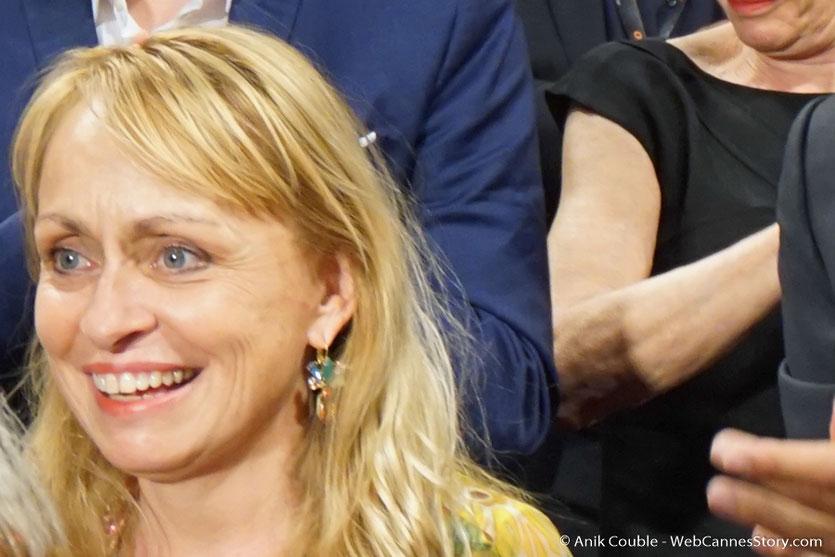 """Rosalie Varda-Demy,  la fille d'Agnès Varda,  lors de la projection du film documentaire """"Visages Villages"""" qu' Agnès Varda a coréalisé avec JR - Festival de Cannes 2017 - Photo © Anik Couble"""