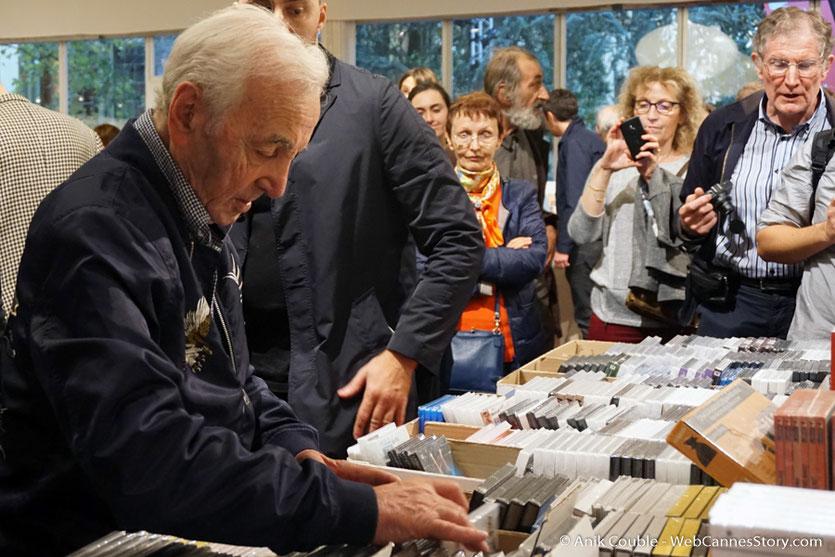 Charles Aznavour, au marché du DVD, de la boutique du village du Festival - Festival Lumière 2017 -  Lyon - Photo © Anik Couble