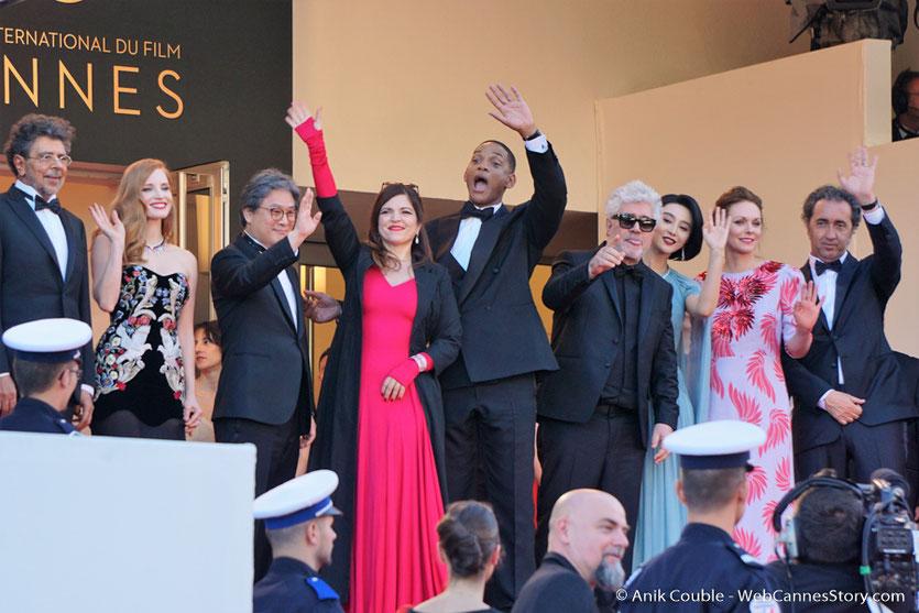 Le Jury, au grand complet, en haut des marches,  pour assister à la cérémonie d'ouverture du 70e Festival de Cannes - Festival de Cannes 2017 - Photo © Anik Couble