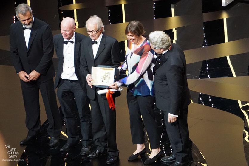 Ken Loach posant pour les photographe avec sa 2ème Palme d'or - Festival de Cannes 2016 - Photo © Anik Couble
