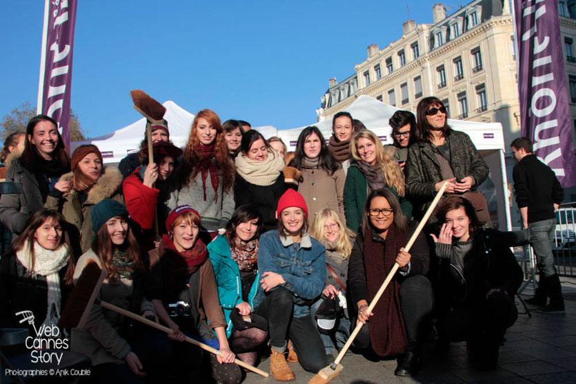 """Charlotte Lebon, entourée des participants du projet """"Inside Out"""" de l'Artiste JR -  Lyon Déc 2013 - Photo © Anik COUBLE"""