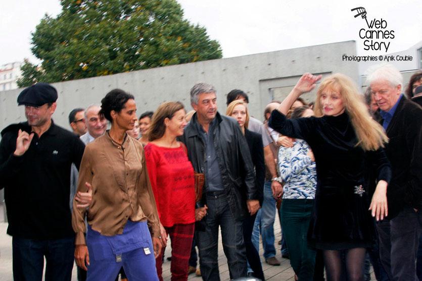 Remake de la sortie des usines Lumière avec Arielle Dombasle à droite - Festival Lumière - Lyon - Octobre 2013 - Photo © Anik COUBLE