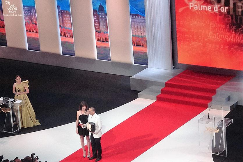 Apichatpong Weerasethakul, Palme d'or, pour son film «Oncle Boonmee, « celui qui se souvient de ses vies antérieures »  et Charlotte Gainsbourg - Festival de Cannes 2011 - Photo © Anik Couble