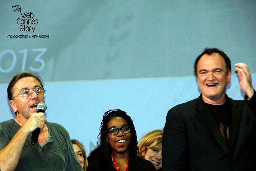 Une bénévole entourée de Tim Roth et Quentin Tarantino, sur la scène de la Halle Tony Garnier - Clôture du Festival Lumière - Lyon - 2013 - Photo © Anik COUBLE