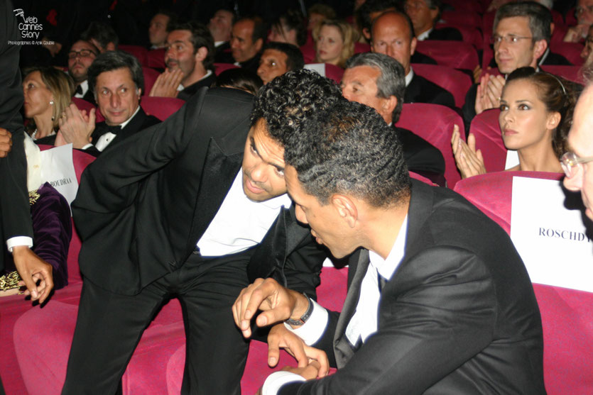 """Jamel Debbouze et Roschdy Zem, lors de la projection du film """"Hors la loi""""  de Rachid Bouchareb - Festival de Cannes 2010 - Photo © Anik Couble"""
