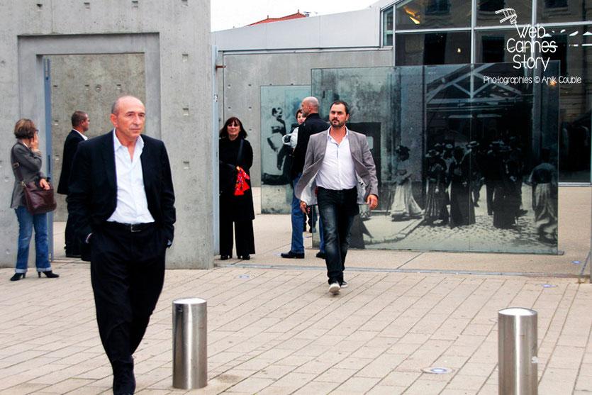 Gérard Collomb, à gauche, lors du remake de la sortie des usines Lumière - Festival Lumière - Lyon - Octobre 2013 - Photo © Anik COUBLE