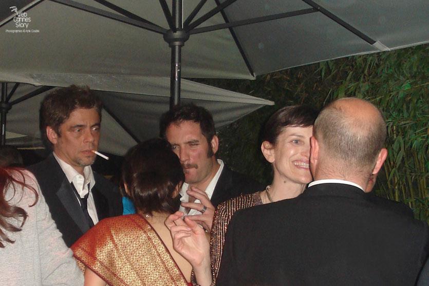 Benicio del Toro, membre du Jury , avec des amis - Soirée de clôture de la plage Chérie Chéri - Festival de Cannes 2010 - Photo © Anik Couble