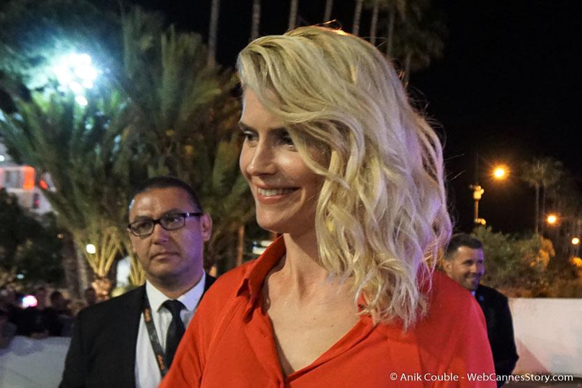 Alice Taglioni, sublime, et souriante, à la sortie du dîner d'ouverture du Festival de Cannes 2018  - Photo © Anik Couble