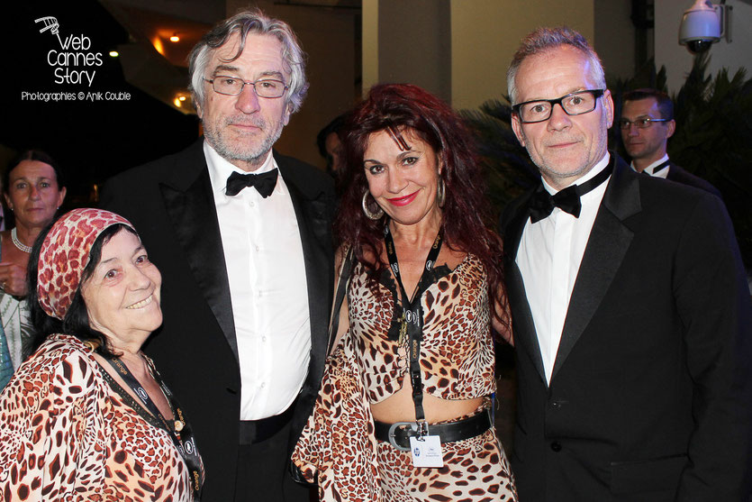 Robert De Niro et Thierry Fremaux, en compagnie de Pascaline et  Esméralda , les célèbres femmes panthères -  Festival de Cannes 2011 - Photo © Anik Couble