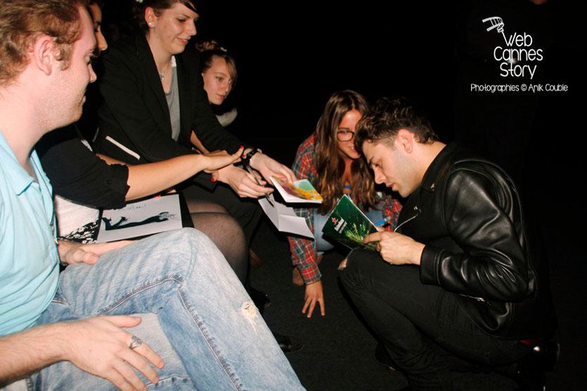 """Xavier Dolan, signant des autographes, lors de l'avant-première de son film """"Mommy""""  - UGC Lyon Confluence - 1er Octobre 2014 - Photo © Anik COUBLE"""