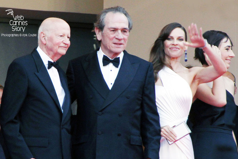 Tommy Lee Jones, entouré d' Hilary Swank et Gilles Jacob, en haut des marches, lors de la présentation du film «The Homesman», réalisé par Tommy Lee Jones - Festival de Cannes 2014 - Photo © Anik COUB