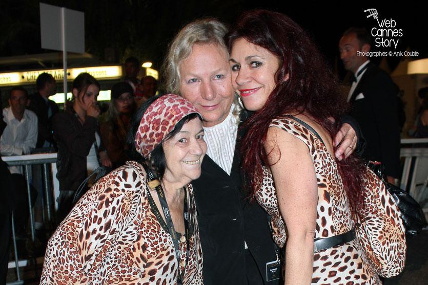 Pascaline Benito et Esméralda Petit-Benito, les célèbres femmes panthères, en compagnie d'Agnès B - Festival de Cannes 2011 - Photo © Anik Couble