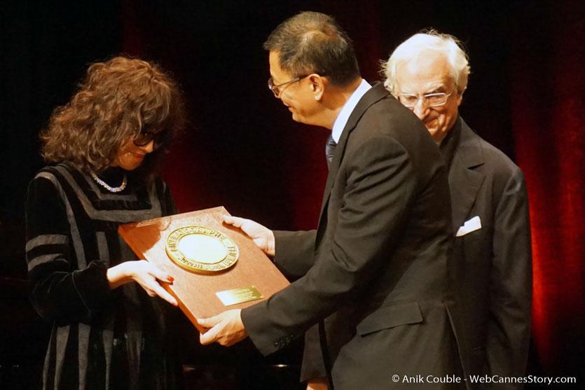 Isabelle Adjani, remet à Wong Kar-wai, son Prix Lumière, lors de la cérémonie de remise du Prix Lumière à Wong Kar-wai - Festival Lumière 2017 - Lyon  - Photo © Anik Couble