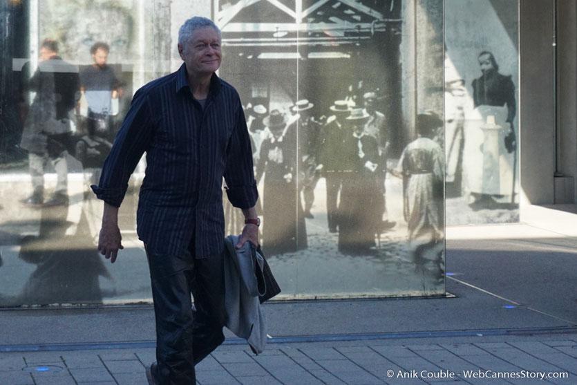 """Pierre-William Glenn, réalisateur français, en plein travail  de directeur de la photographie, lors du remake de """"Sortie d'Usine"""" - Lyon - Festival Lumière 2016 - Photo © Anik Couble"""
