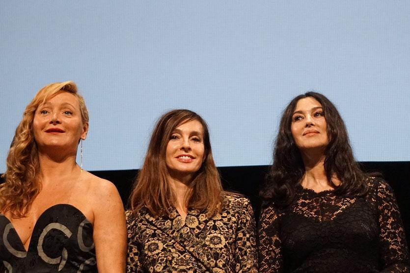 Anne Parillaud, entourée de Monica Bellucci et Julie Ferrier, sur scène, lors de la cérémonie d'ouverture du Festival Lumière 2018 - Lyon - Photo © Anik Couble