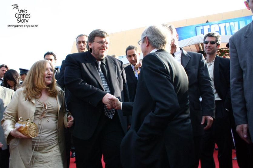 """La rencontre de  Ken Loach avec Michael Moore,  à la sortie de la projection de """"Fahrenheit 9/11 - Festival de Cannes 2004 - Photo © Anik Couble"""