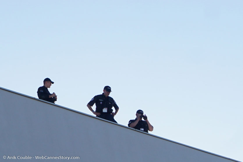 Les snipers, sur le toit du Palais des Festivals, lors de la montée des marches d'ouverture du 70e Festival de Cannes - Festival de Cannes 2017 - Photo © Anik Couble