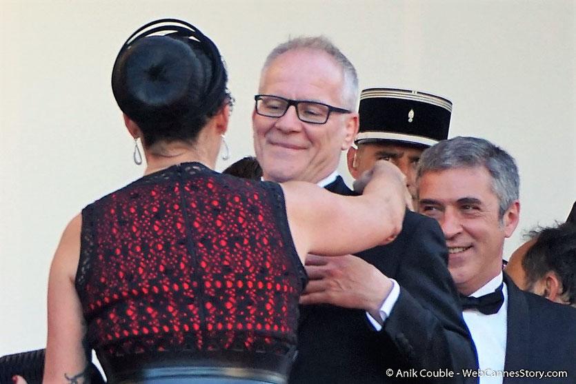 Thierry Fremaux, accueillant Rossy de Palma, pour assister à la cérémonie d'ouverture du 70e Festival de Cannes - Festival de Cannes 2017 - Photo © Anik Couble