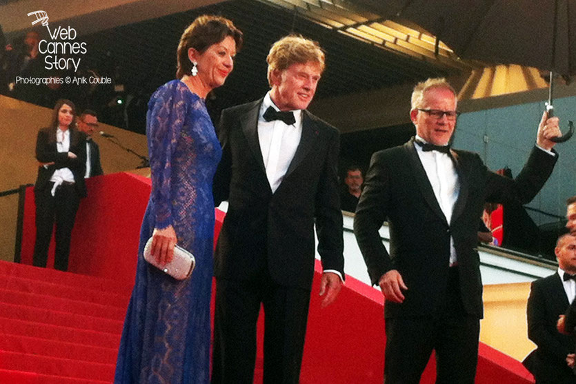 Robert Redford, entouré de  son épouse Sybille et Thierry Fremaux, sur les marches pour la projection du film «All is lost» de J.C. Chandor,» - Festival de Cannes 2013 - Photo © Anik COUBLE