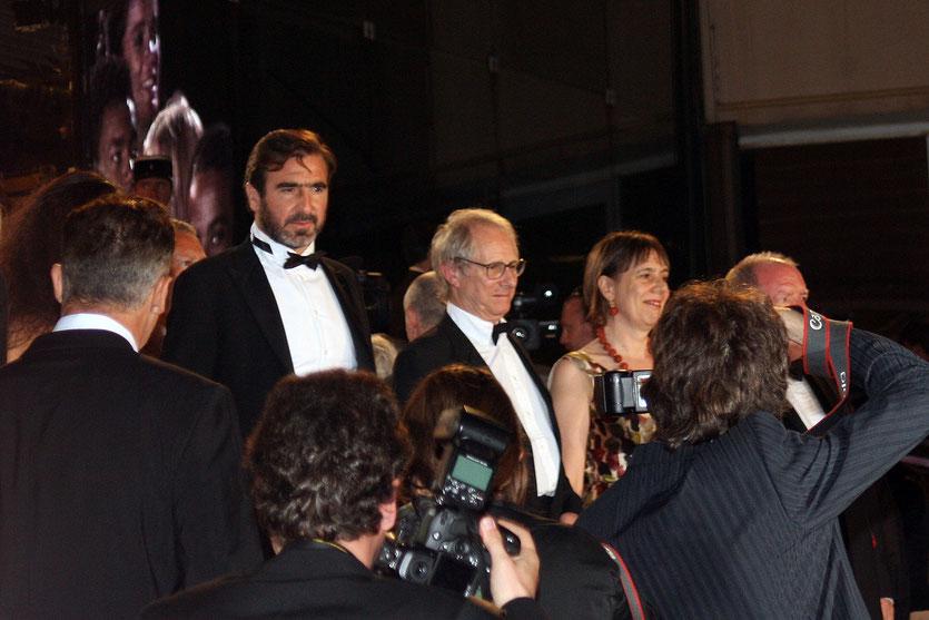 """Ken Loach et Eric Cantona , sur les marches pour la rojection de  """"Looking for Eric"""" Festival de Cannes 2009 - Photo © Anik Couble"""