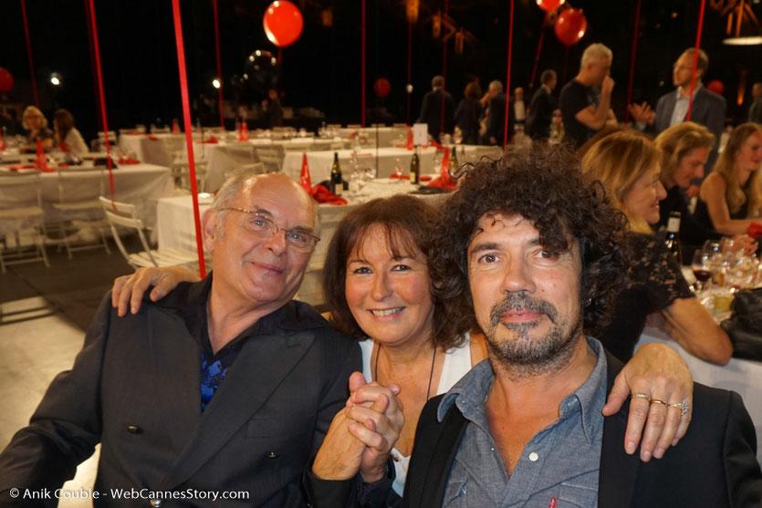 Petit échange avec Jean-François Stevenin et Yarol Poupaud avec une énorme pensée pour Johnny Hallyday, lors du dîner d'ouverture du Festival Lumière 2017, à Lyon - Photo © Anik Couble
