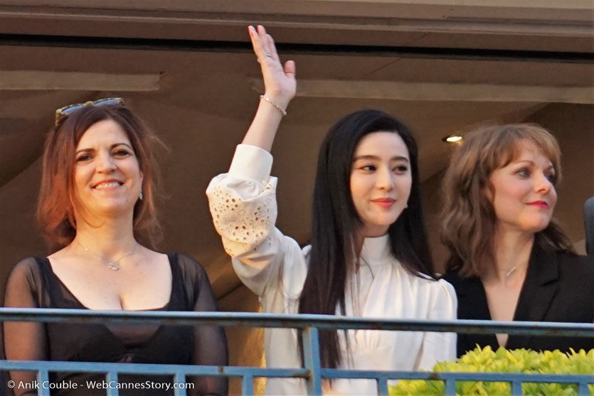 """Agnès Jaoui, Fan Bingbing et Maren Ade, membres du jury, à la terrasse de """"La Palme d'Or"""", le restaurant de l'Hôtel Martinez, pour le traditionnel dîner du Jury - Festival de Cannes 2017 - Photo © Anik Couble"""