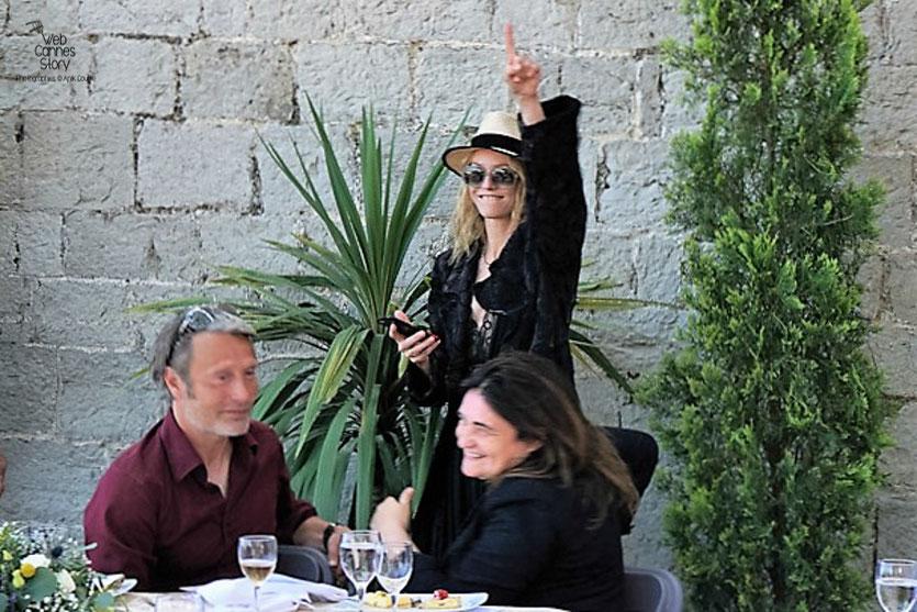 Vanessa Paradis et Mads Mikkelsen, lors  du déjeuner de presse - Festival de Cannes 2016 - Photo © Anik Couble