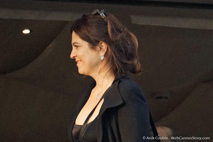 """Agnès Jaoui, membre du Jury, à la terrasse de """"La Palme d'Or"""", le restaurant de l'Hôtel Martinez, pour le traditionnel dîner du Jury - Festival de Cannes 2017 - Photo © Anik Couble"""