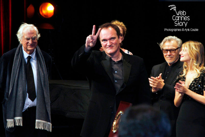 Quentin Tarantino entouré de Bertrand Tavernier, Uma Thurman, Harvey Keitel et Mélanie Laurent, lors de la Remise du Prix Lumière -  Festival Lumière - Lyon - Oct 2013 - Photo © Anik COUBLE