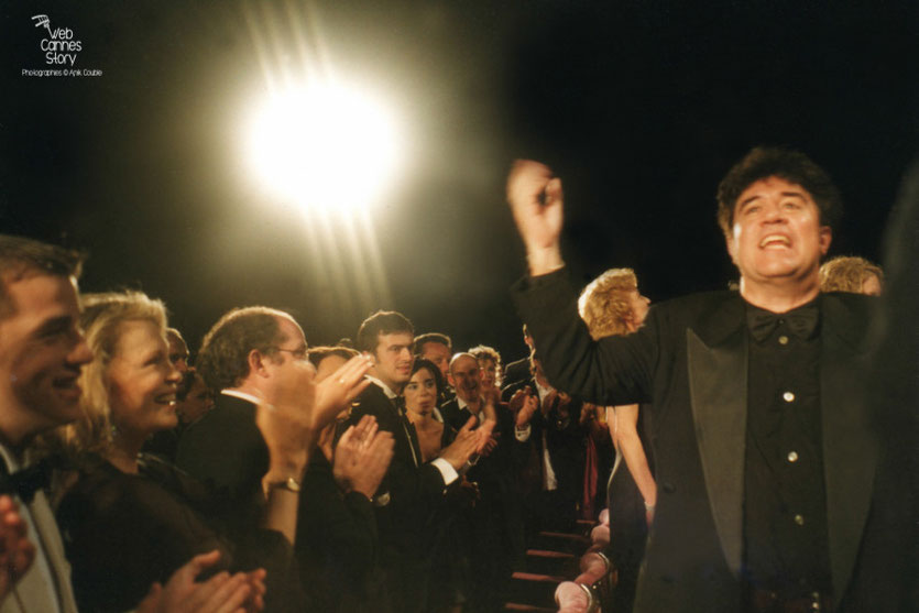 """Pedro Almodovar,  lors de la projection de son  film  """" Tout sur ma mère """" - Festival de Cannes - 1999 - Photo © Anik Couble"""