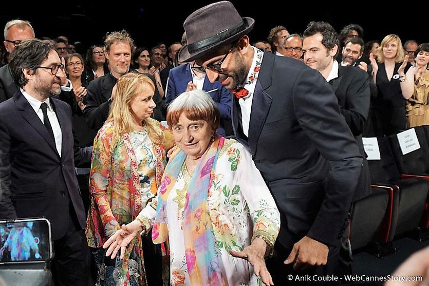 """Agnès Varda entourée de Rosalie Varda-Demy,  Mathieu Demy,  ses enfants ainsi que de JR, lors de la projection de leur film documentaire """"Visages Villages"""" - Festival de Cannes 2017 - Photo © Anik Couble"""