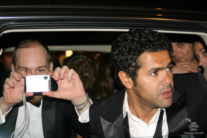 """Jamel Debbouze, entouré des ses fans, à la sortie de la soirée du film """"Hors la loi"""" de Rachid Bouchareb - Festival de Cannes 2010 - Photo © Anik Couble"""