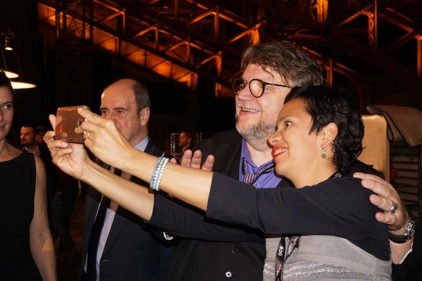 Guillermo del Toro, se prêtant gentiment au jeu des selfies, lors du dîner d'ouverture du Festival Lumière 2017, à Lyon - Photo © Anik Couble