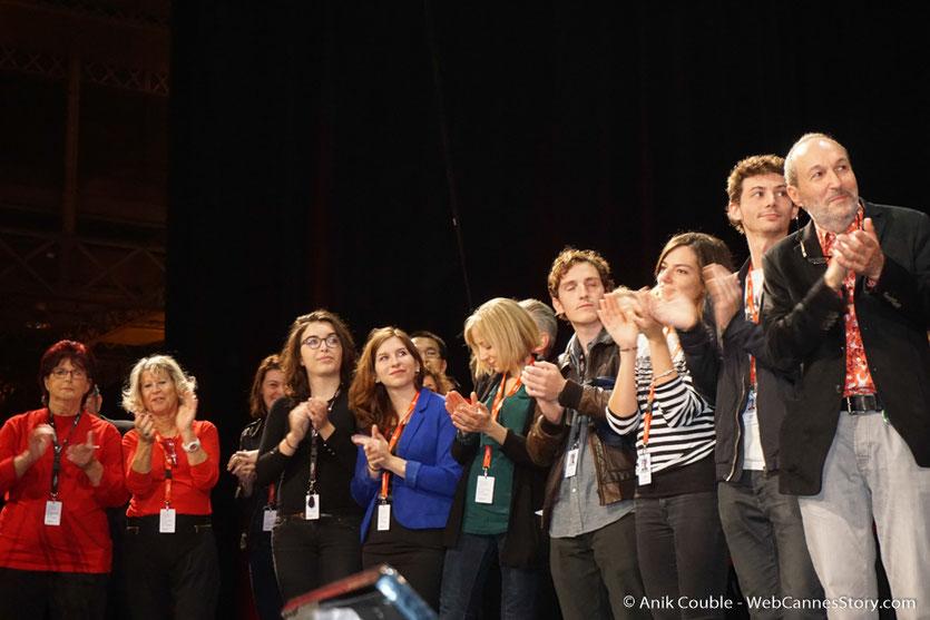 L'équipe de l'institut Lumière et les bénévoles, sur la scène de la Halle Tony Garnier - Clôture du Festival Lumière 2017 à  Lyon - Photo © Anik Couble