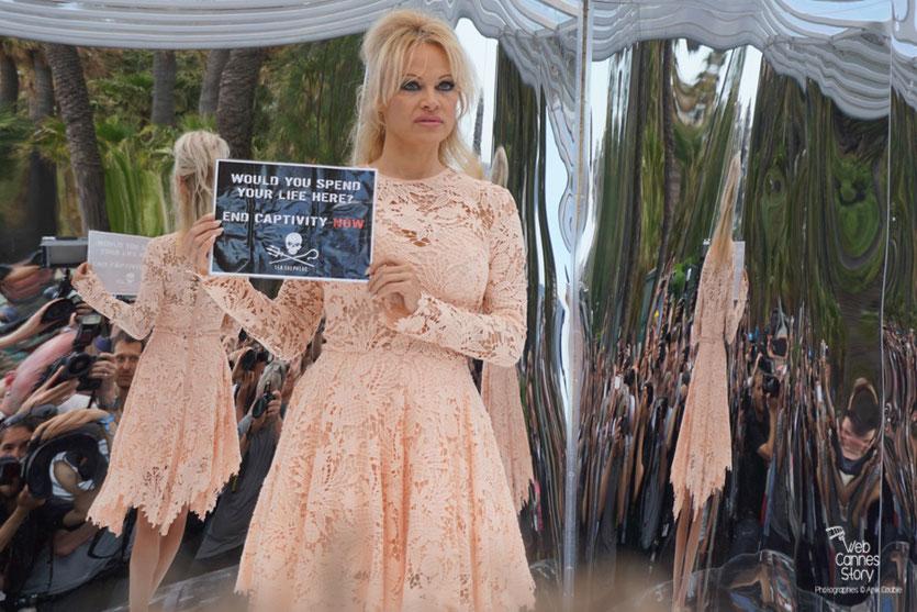 Pamela Anderson,  à l'intérieur du Tilikumtank, à l'issue de la  Conférence de Presse de l'Association Sea Shepherd, en marge du  Festival de Cannes 2016 - Photo © Anik Couble