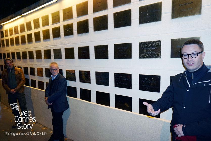 Nicolas Winding Refn, devant la plaque à son nom, qui a été posée sur le mur des réalisateurs - Festival Lumière 2015 - Lyon - Photo © Anik COUBLE