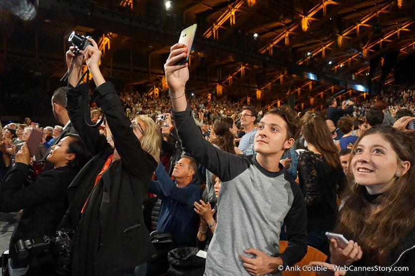 Tous les appareils photos sont braqués sur Catherine Deneuve -  cérémonie de Clôture du Festival Lumière 2016  - Halle  Tony Garnier de Lyon - Photo © Anik Couble