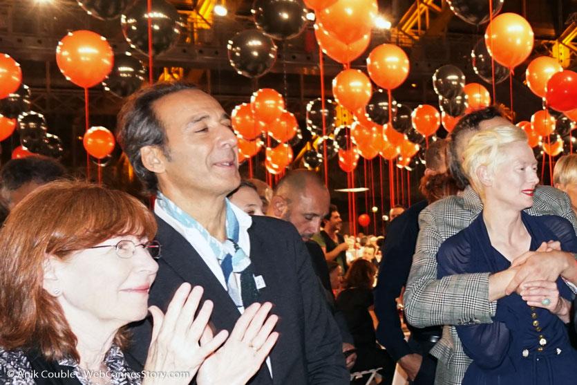 Alexandre Desplat, Tilda Swinton et son compagnon Sandro Kopp, écoutant Guillermo del Toro, chantant avec un groupe de Mariachis, lors du dîner d'ouverture du Festival Lumière 2017, à Lyon - Photo © Anik Couble