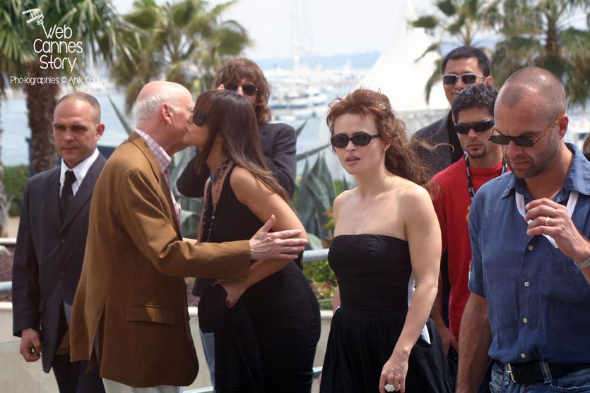Gilles Jacob,  accueillant et embrassant Monica Bellucci - Festival de Cannes 2006 - Photo © Anik COUBLE