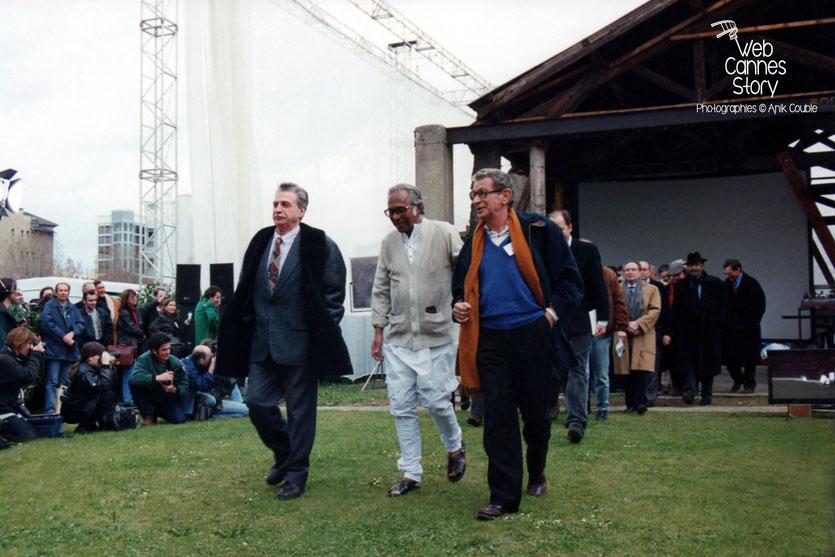 """Remake de """"Sortie d'usine"""", avec au premier plan, Paul Vecchiali, Mrinal Sen et Youssef Chahine, lors du centenaire du Cinéma, organisé par l' Institut Lumière à Lyon, le 19 mars 1995 - © Anik COUBLE"""