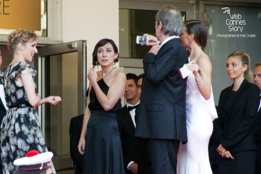 Petit Selfie d' Hilary Swank et Tommy Lee Jones, en haut des marches, lors la présentation du film «The Homesman» réalisé par Tommy Lee Jones - Festival de Cannes 2014 - Photo © Anik COUBLE