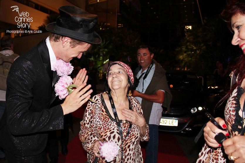 Henry  Hopper,  discutant avec Pascaline, l'une des célèbres femmes panthères,  sous le regard attendri de sa fille Esmeralda - Festival de Cannes 2011 - Photo © Anik Couble