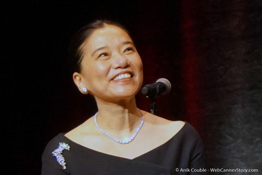 Esther Wong, épouse de Wong Kar-wai, lors de la cérémonie de remise du Prix Lumière à son mari - Festival Lumière 2017 - Lyon  - Photo © Anik Couble
