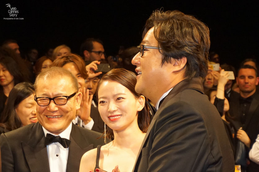 "Chun Woo Hee, entouré de Kwak Do Won et Jun Kunimur, lors de la projection du  film ""Goksung"" (The Strangers) de Na Hong Jin  - Festival de Cannes 2016 - Photo © Anik Couble"